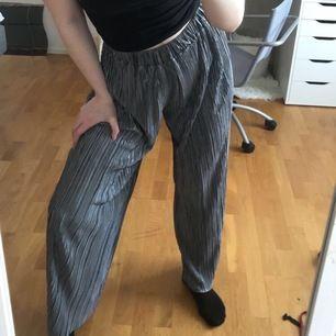 Snygga och väldigt sköna byxor. Strl M men skulle nog kunna passa L. Frakt:22kr