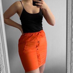 Orange kjol från Pretty Little Thing storlek 34 i fint skick.  Möts upp i Stockholm eller fraktar.  Frakt kostar 22kr extra, postar med videobevis/bildbevis. Jag garanterar en snabb pålitlig affär!✨