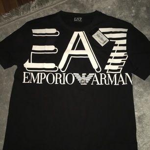 Jag köpte denna ea7 T-shirt. Oanvänd. Köpt i storlek XL men är LITEN i storlek så den passar M/S. Jag har storlek S och den sitter lite oversize och gulligt. Ny modell. Ny pris är 679. Frakt blir 40kr.