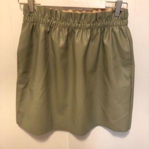 Grön skin kjol med fickor