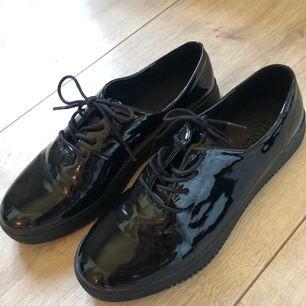 Blanka svarta skor, oanvända