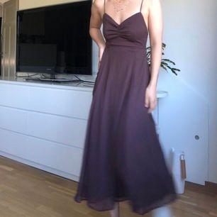 Jättefin oanvänd brun klänning! Endast testad.     Denna klänning är i storlek 40, men det har knyt i mindjan så den passar även mig som i vanliga fall har storlek 34/36 ❤️