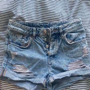 Säljer dessa dunderfina shorts från HM i strl 32 då de numera är för små för mig. Slitningarna och den coola tvätten gör dem perfekta nu inför sommaren. Kostar 50kr exkl frakt