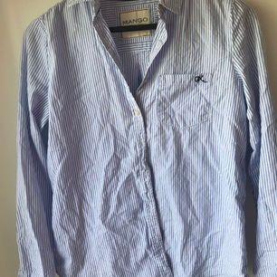 Randig skjorta, sparsamt använd. Köparen står för eventuell frakt. 🌸