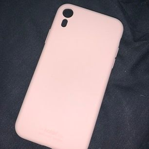 Populärt holdit skal i ljusrosa färg, har en liten skada (sista bilden), köpt för 150 kr. Till iphone xr