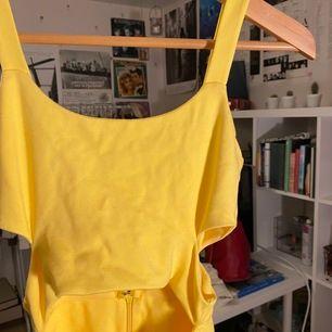 Jätte fin klänning i topp skick med fina cutouts! Aldrig använd, köpt i Singapore för ca 300-400kr. Frakt tillkommer, kan mötas upp i sthlm 🥰