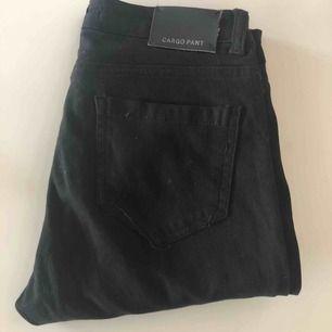 Jättefina svarta cargo pants som inte kommer till användning och annars ska slängas♻️🥺min syster har på dom på andra bilden då jag är en M. Dom passar xs med skärp då dom är smala i benen men har stretch! Passar xs-S. Fler bilder? Skriv!