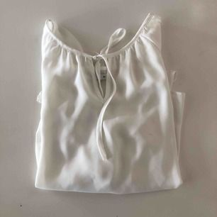 Super skön vit blus med snygg knytning i fram (knyter själv) som tyvärr blivit för tajt på mig runt bysten. Skulle säga att den passar bäst på xs/s. Fler bilder kan skickas!♻️💞