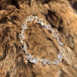 Helt oanvänt, inköpt i våras i Norge✨ Ganska litet, gulligt armband med någon typ av glaskristaller i länkade kuber! Köparen står för 11kr frakt <3