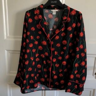 Säljer en jättesöt skjorta/blus från H&M. Knapparna kanske sitter lite löst men annars är den som ny.