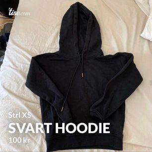 Svart basic Hoodie i storlek XS i bra skick! Säljer för 100kr, tillkommer frakt där köparen står för frakten☺️