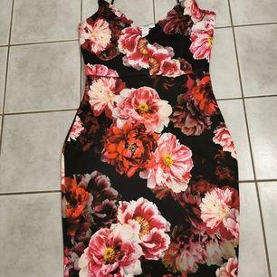 Sjukt snygg klänning från nelly. Använd vid 1 tillfälle. Storlek s. Sjukt snygg till midsommar :)