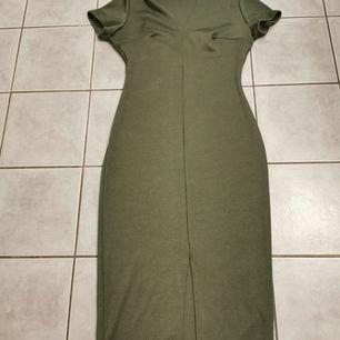 Grön klänning från nelly. Lite längre med slits där fram (se bild) storlek s