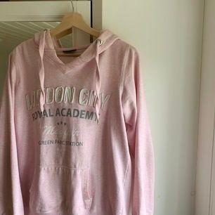 En jättefin rosa hoodie i storlek 40 (L). Jätte mysig med en stor luva💞 frakt tillkommer