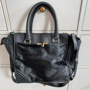 Svart handväska från Zara med avtagbar axelrem