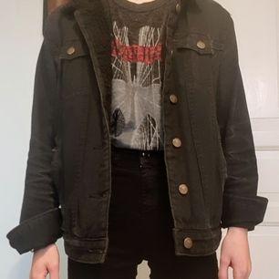 Lätt sliten snygg jeansjacka, jag är xs  så den blir oversize på mig