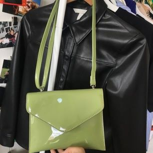 Säljer en jättefin grön väska från hvisk som har kvar sin prislapp! Det är en axelväska så man kan ljusters hur den ska sitta osv🥰 jättefin nu till sommaren