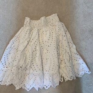 Super fin kjol nu till sommaren. Passar en xs till m. Ganska många men går ej nedanför knäna på mig som är 160