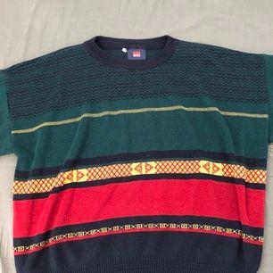Grön/röd stickad tröja som är baggy och har en stor och najs fit