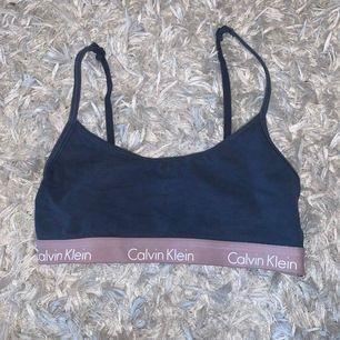 Super fin topp ifrån Calvin Klein. Använd ett fåtal gånger! Säljes på grund av att den är för liten.