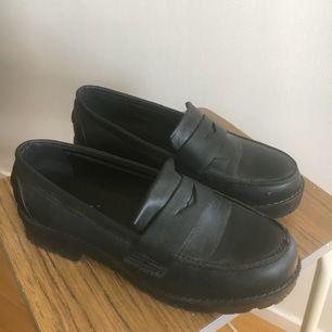 Loafers helt i syntet från Truffle, via ASOS. Stl 38 vilket stämmer bra. Använda ett fåtal gånger och i bra skick.