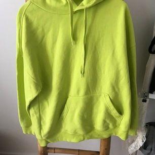 Gul/ lime gul  hoodie storlek XL men passar L också, hoodien är i bra skick lite knoprig men det ser man knappt. Köpt på Carlings(Frakten ligger runt 30kr)👑✌🏻
