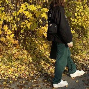 Mörkgröna Eytys jeans i modellen Benz, Waist 69cm, Hip 97cm, Inseam 80/87cm, sparsamt använda, frakt 65kr
