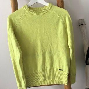 Gul/ lime gul långärmad tröja från superdry, tröjan sitter ganska in mot kroppen men passar bra för storleken XS. Använd ca 2-3 gånger(Tröjan är både ljusare och gulare i verklighet än på bilden)👑✌🏻💗