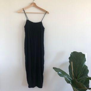 Superfin figurnära, ganska lång klänning (med fickor!) från & other stories!! Storlek 34. Kan mötas upp i Uppsala eller så fraktar jag mot fraktkostnaden 💕