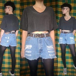 Jeansshorts från levis i stl 13 junior, midjemåttet mäter cirka 81 cm. Perfekta shortsen till sommarn! Frakten för dessa ligger på 63 kr, samfraktar gärna😊👍