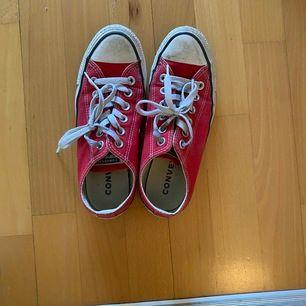 Röda converse, lite smutsiga men knappt använda. Pris kan dikauteras
