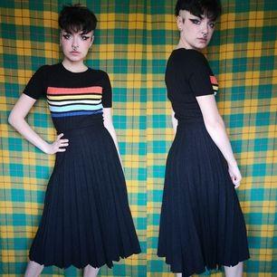 Vintage plisserad kjol i stl 36, midjan mäter cirka 67 cm och längden cirka 73-74 cm. Står inget material men är lite