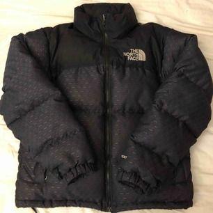 The North Face Nuptse Retro 1996 Limited Edition  Nypris var ~5300kr bra skick. Kan gå ner i pris vid snabb affär eller skicka med en tnf nuptse vintage jacka utan dragkedja gratis. (Kolla andra annonser för den andra jackan)
