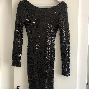 Svart klänning med paljetter, använd fåtal gånger (köpare står för frakt & betalning via Swish)💘