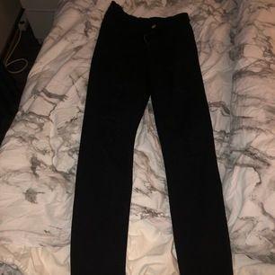 Ett par svarta jeans från hm med massa hål (man ser på bild 2) får kolla upp frakt det om ni ska ha dom
