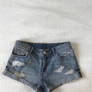 Super fina jeans shorts från HM i fint skick, knappt använda. Börja buda från 80 kr. Säljaren står för frakt🦋✨