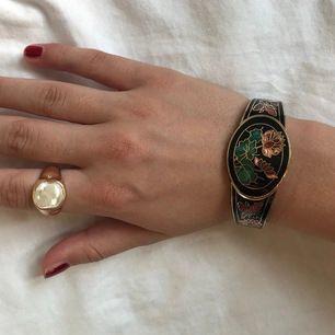Vintage armband som jag köpte för 850 kr, är villig att sälja för mindre än hälften. Buda och jag postar paketet idag!🌼🌼🌼
