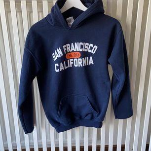 Marinblå collage hoodie, köpt på beyond retro. Storlek XS