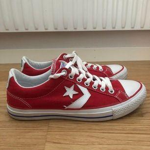 Röda converse ONESTAR i storlek 41. Köpta för 699kr. Endast använda cirka 3 gånger.