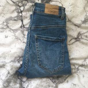 Dessa Molly jeans (från Gina såklart) har en tuff slitning på högra knät!✨💕 Ascoolt nu till sommaren. Säljer då de aldrig kommer till andväning! KATT OCH HUND FINNS I HEMMET!! Sitter tight och snyggt!💕 Ibland åker dragkedjan ner..🤗✨