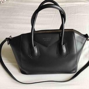 Chiquelle Luxury Leather Bag Mini Black. Äkta skinn. Sparsamt använd, fint skick!   Längd 28,5 cm (max 35 cm där den går ut lite på sidorna)| Höjd 25 cm, Bredd 16 cm.  Nypris: 1299kr