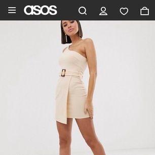 Jättesnygg klänning som tyvärr är för liten för mig. Använd 1 gång så i nyskick!