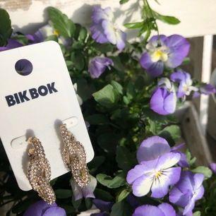 Stilrena, coola kedjeörhängen från bikbok! Oanvända, ena örhänget är endast testat en gång. Guldiga med silvriga stenar ✨ längd 3,4 cm 😍 frakt tillkommer på 11 kr