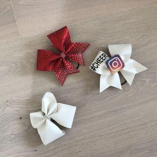 Hejsan!❤️ här har jag 3 snygga bows som jag aldrig använt. Jag har gör inte på cheer längre och jag tänkte att jag kunde sälja de jag aldrig använt, en bow säljer jag för 150/200 eller högst bud får köpa den!!❤️ kontakta mig om intresserad👍🏽💕