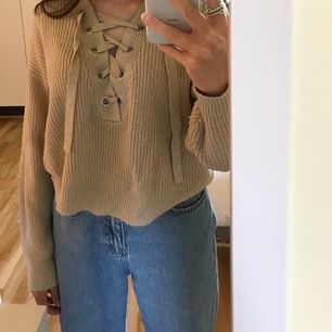 En beige stickad tröja med snörning från H&M🙊 strl. XS, men passar mig som normalt har storlek S perfekt. Bra skick💕💖
