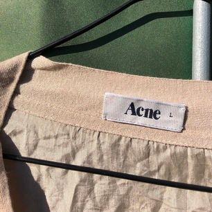 FRAKT INGÅR☀️☀️ acnekofta i silke (kan fota lappen om någon har frågor) . litet hål på framsidan som man kan se på bild två om man zoomar. (brukar knyta eller köra off shoulder om man vill ha omväxling)