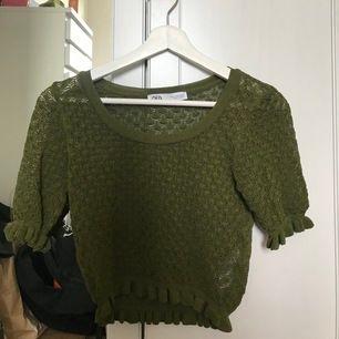 Jättefin helt ny tröja som jag aldrig använt. Militärgrön och virkad! Passar xs-S då den är liten i storleken💖