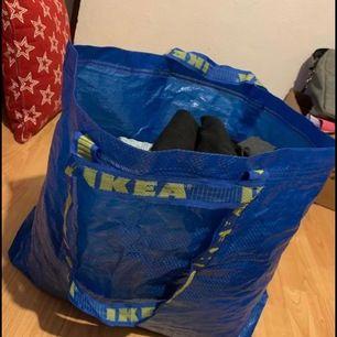 Ett stort klädpaket med lite olika kläder i, allt är använt i fint skick! Köparen står för frakten.