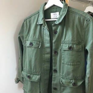 Grön jacka från Zara barn. Storlek 164cm, 13-14 år men passar mig som brukar ha XS. Säljer pga kommer ej till användning. Säljer för 200kr + frakt som köpare står för!!💚💚