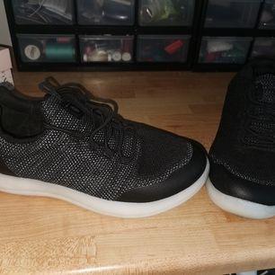 Säljer dessa coola skechers som du kan trycka på en knapp och då lyser dem i olika färger, eller bara ha dem som dem är, bekvämaste skorna Ever. Använda en gång.